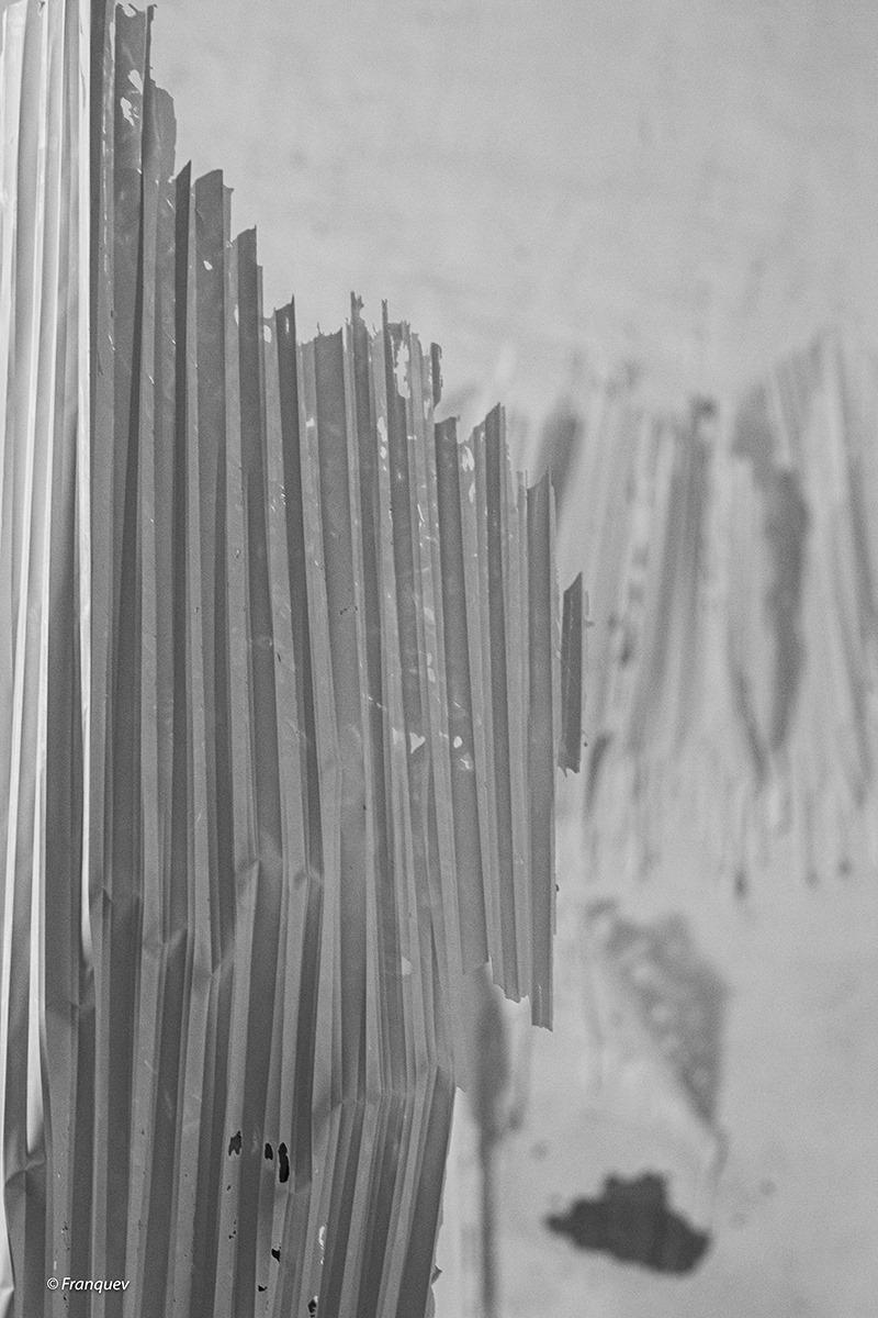 Plâtre coulé et plissé sur poutre Sculpture de Fabienne Gras